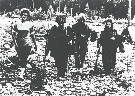 Miembros de la familia Lykov acompañados por los geólogos soviéticos. Crédito: Smithsonian