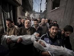Fotografía ganadora del World Press 2012. Grupo de hombres portando dos niños muertos en una calle de Gaza. Crédito: universal.com.mx