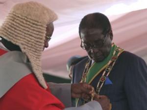 Mugabe, Presidente de Zimbabwe con 90 años lleva 33 en el poder. Crédito: publico.es