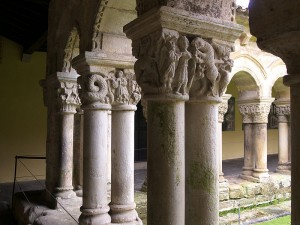 Capiteles en las columnas pareadas del claustro de Santa Juliana