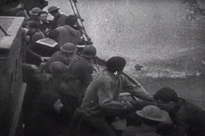 Un bombardero Stuka explota junto a soldados británicos.