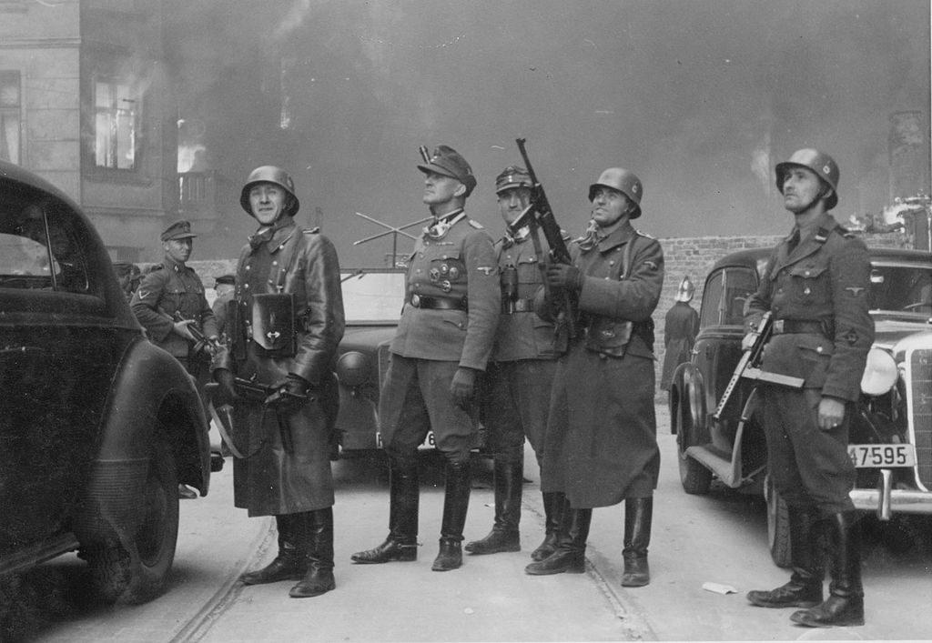 Jürgen Stroop observando el ataque al gueto de Varsovia Crédito: Wikipedia