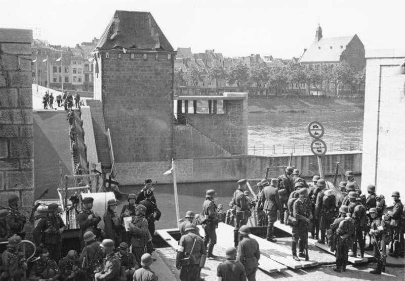 Tropas Alemanas cruzando el río Mosa