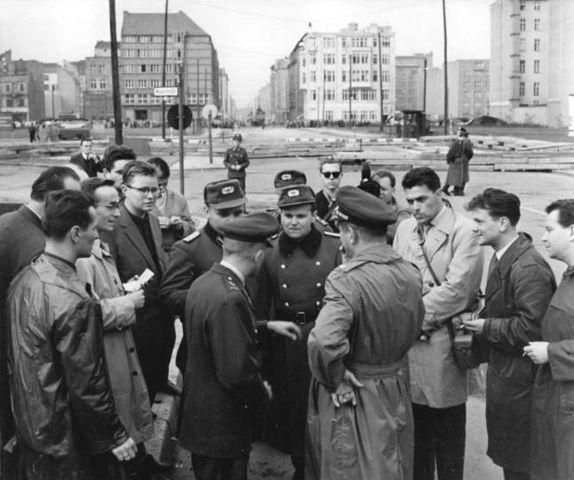 Soldados de ambos bandos reunidos en el Chekpoint Charlie